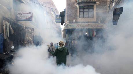 عملية تطهير صحي في العاصمة اليمنية صنعاء في زمن جائحة فيروس كورونا
