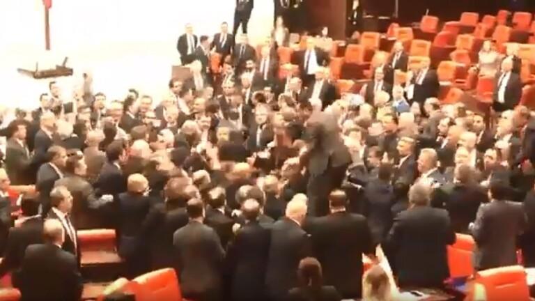 عراك جماعي بالأيدي في البرلمان التركي محوره إدلب