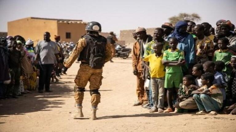 جنود في جيش بوركينا فاسو يستقبلون نازحين في دوري (شمال) يوم 3 فبراير