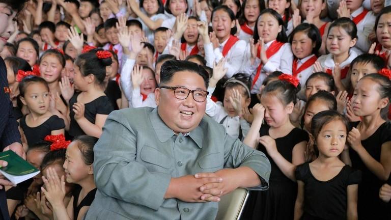 زعيم كوريا الشمالية، كيم جونغ أون، يزور مركزا رياضيا مخصصا لأطفال المدارس