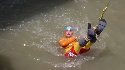 ساحر هندي يفشل في تحرير قيوده بعد إلقائه في النهر