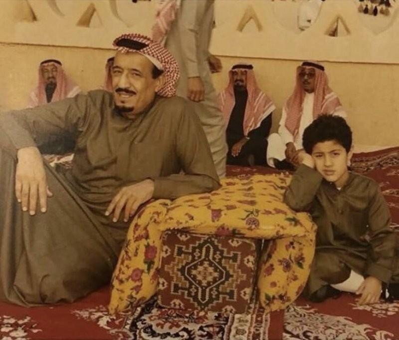 من الصبي الجالس إلى جانب الملك سلمان بن عبد العزيز؟ (صور)