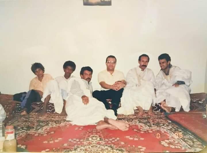 جدل حول صورة أرشيفية لبعض الشباب تضم المرشح غزواني !