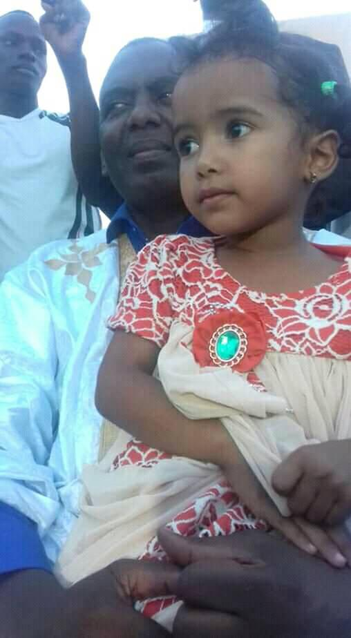 الطفلة تظهر في حضن المترشح بيرام