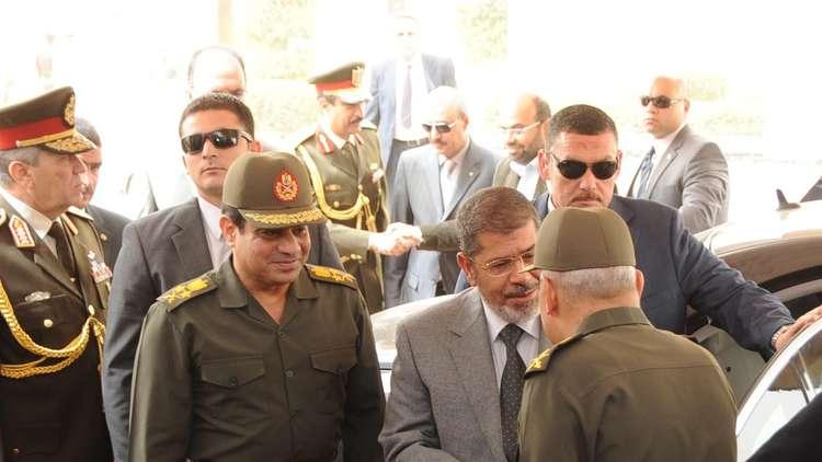 الرئيس المعزول مع الرئيس المصري عبد الفتاح السيسي عندما كان وزيرا للدفاع