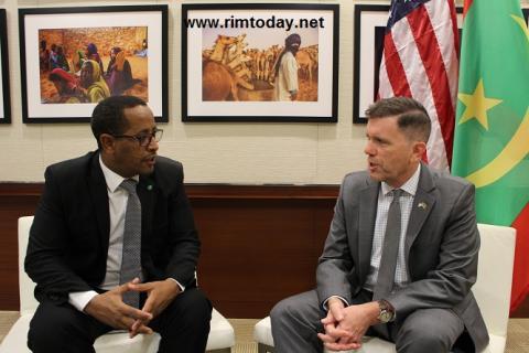 الزميل أحمدو ولد اسلم صحبة السفير الأمريكي