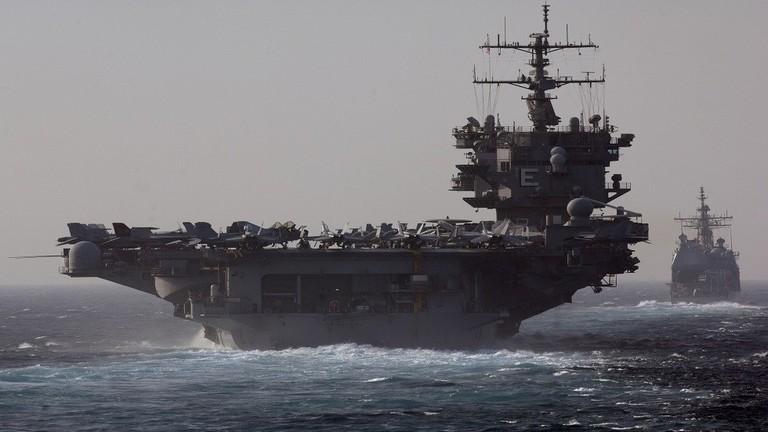 حاملة الطائرات الأمريكية USS Enterprise تعبر مضيق باب المندب