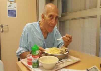 بعد السجن والمرض.. صورة بائسة للمجرم يهود أولمرت