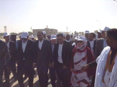 وزير يضحك أثناء قيادة زملائه في مسيرة لمحاربة الرشوة!