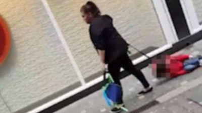 بريطانية تروّع المارة وتظهر بفيديو تجر طفلا على الرصيف