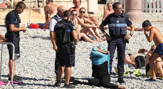 """إجبار امرأة مسلمة على خلع """"البوركيني"""" بفرنسا"""