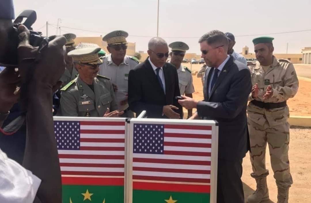 أنظر العلم الموريتاني أسفل العلم الامريكي!!