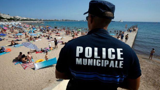 رئيس بلدية مدينة كان حظر ارتداء لباس السباحة الذي يطلق عليه (البوركيني) عقب الهجمات التي شهدتها فرنسا مؤخرا ومنها الهجوم الذي وقع في مدينة نيس المجاورة