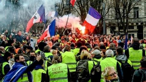 """فرنسا.. أكثر من 10 آلاف متظاهر في احتجاجات  """"السترات الصفراء"""""""