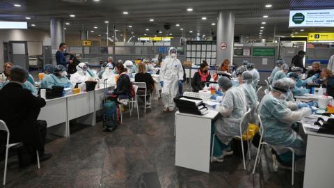 إجراءات الفحص الطبي في مطار شيريميتييفو الدول بضواحي موسكو