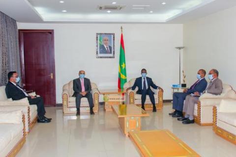 الوزير الأول أثناء استقباله للسفير الفلسطيني