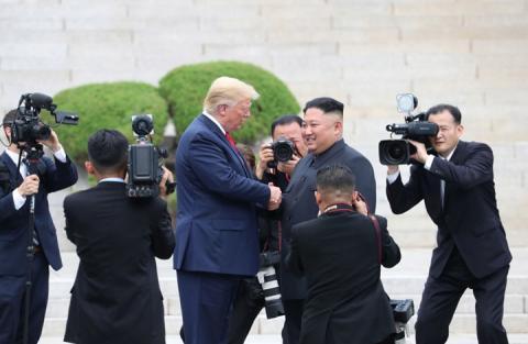 عراك عنيف بين حراسات جونغ أون وصحفيي ترامب
